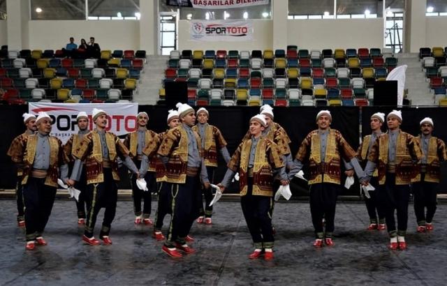 Alkışlar Hatay Büyükşehir Halk oyunları ekibine