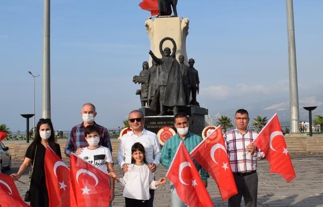 Büyükşehir'den vatandaşlara Türk bayrağı dağıtıldı