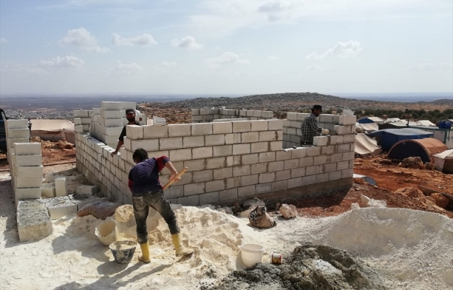 Dünya Şehit Çocukları Vakfından İdlib'e briket ev