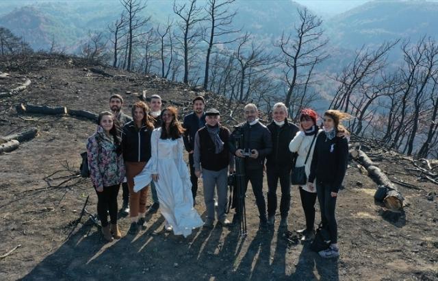 Farkındalık için yanan ormanda kısa film çektiler