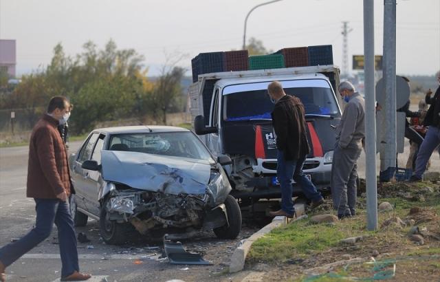 Hatay'da kamyonetle otomobil çarpıştı