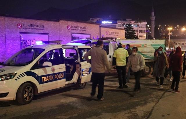 Hatay'da polis denetimine takılan ehliyetsiz sürücü ve yanındaki 5 kişiye ceza