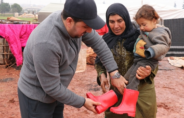 İdlibli ve Halepli çocuklara çizme yardımı