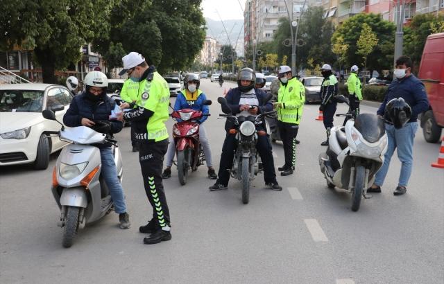 Kasksız yakalanan motosiklet sürücüleri ceza yerine broşürle uyarıldı