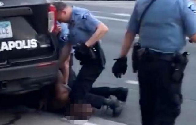 Siyahi kadın 8 polis tarafından yumruklanarak darbedildi