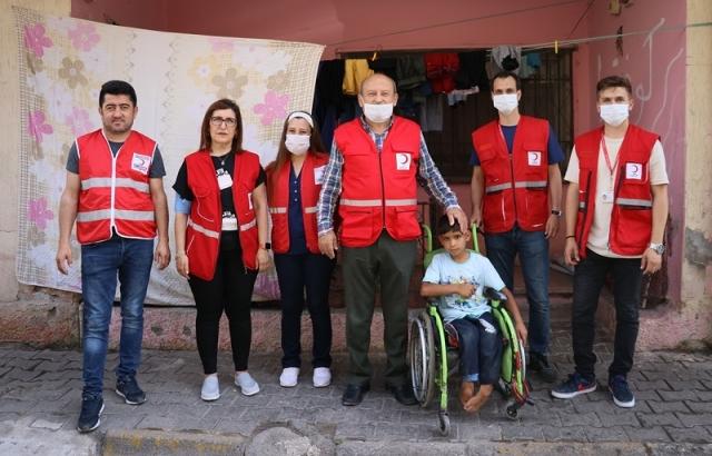 Suriyeli çocuğa Türk Kızılay yardım etti