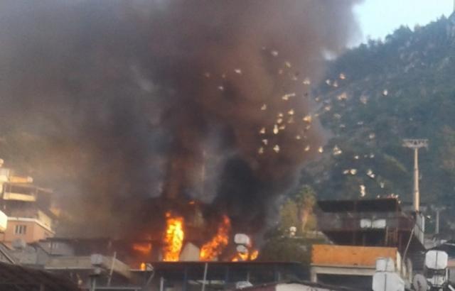 Yangında iki katlı ev kullanılamaz hale geldi