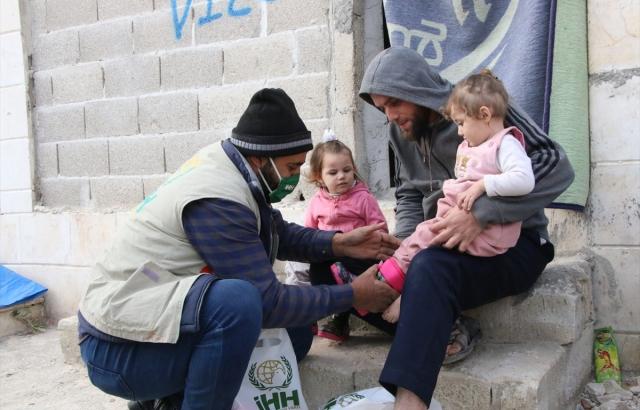 İHH'dan Suriye'de 4 bin çocuğa mont ve ayakkabı yardımı