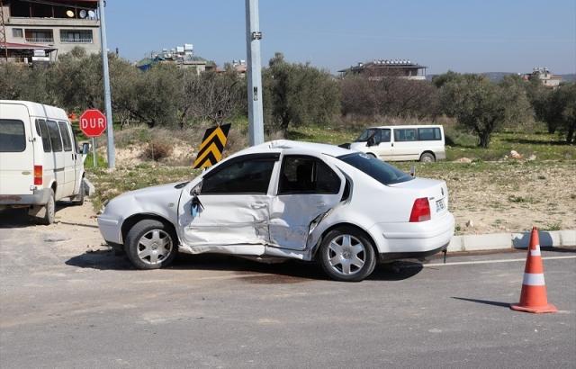 Minibüsle otomobil çarpıştı   3 yaralı