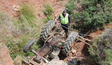 Dereye düşen traktörün sürücüsü hayatını kaybetti