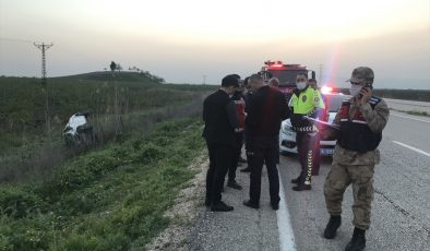 Devrilen otomobildeki 2 kişi yaralandı