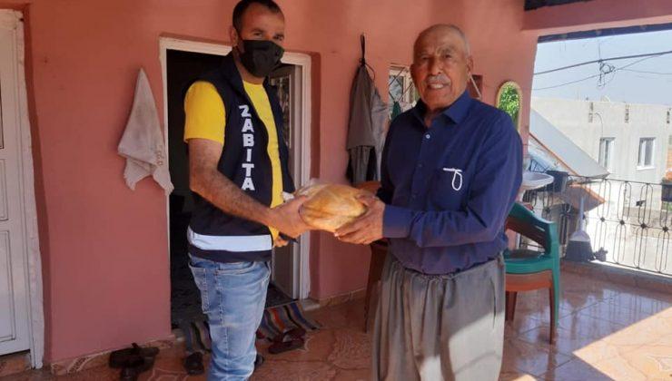 Yaşlılara ücretsiz ekmek dağıtımı