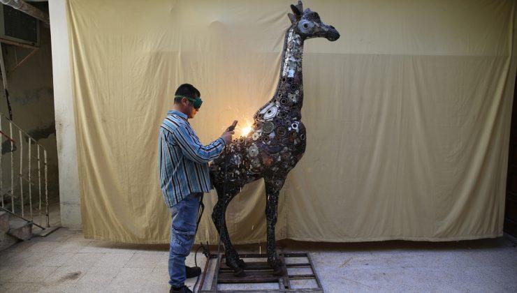 Hurdalardan 2,5 metrelik zürafa heykeli yaptı