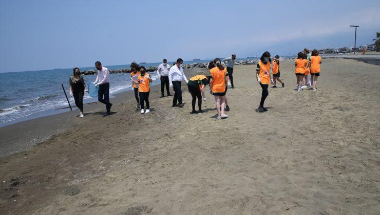 Öğretmen ve öğrenciler sahili temizledi