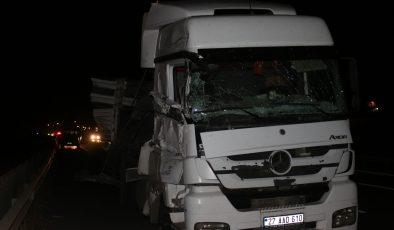 Lastiği patlayan tır kamyona çarptı