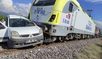 Yük treni hafif ticari araca çarptı: 2 yaralı